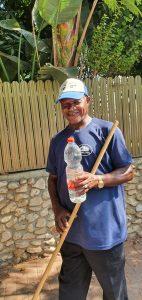 חילוק בקבוקי המים לעובדי התברואה