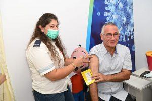 החיסון השלישי של ראש העירייה. צילום: דוברות עיריית הרצליה.