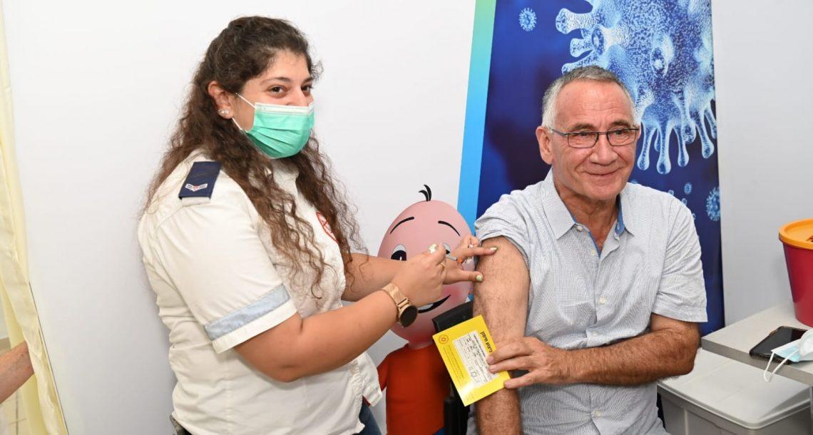 ראש עיריית הרצליה, משה פדלון, קיבל חיסון שלישי